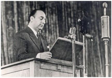 PABLO NERUDA EN LECTURE PUBLIQUE LORS DE SA VISITE EN URSS EN 1950