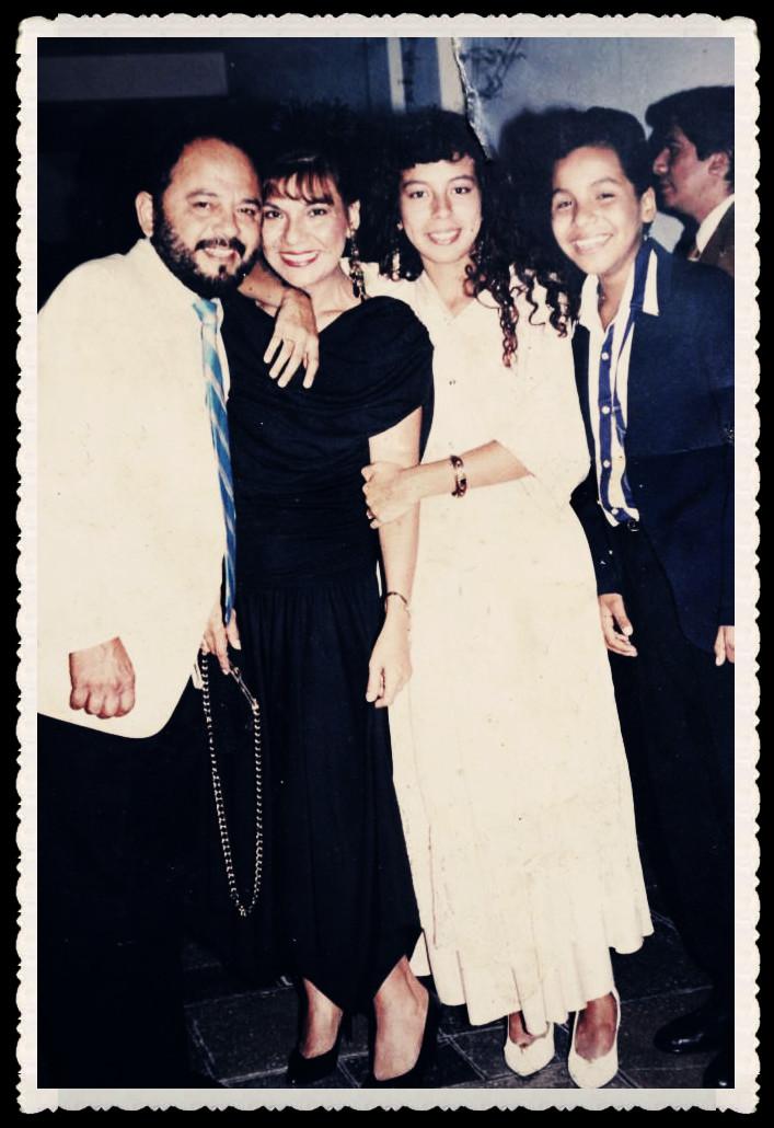 Víctor con su esposa Pilar Coca, su hija mayor Magaly y su hijo Joél. Luciana, su última hija nació al poco tiempo.