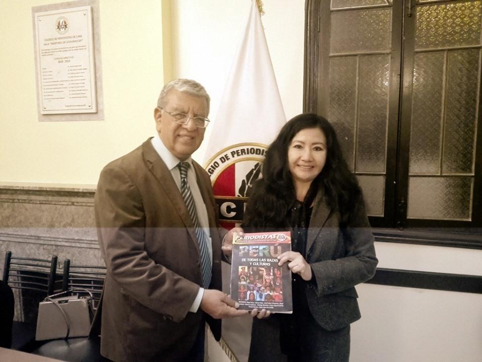 FANNY JEM WONG con RICARDO BURGOS, Decano del Colegio de Periodista de Lima.