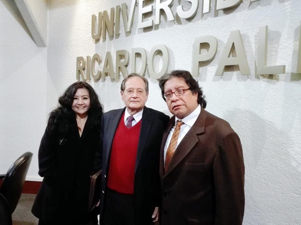 """UNIVERSIDAD RICARDO PALMA: """"XIV RECITAL DE POESÍA INTERNACIONAL PALABRAS SIN FRONTERAS / FRONTERAS SIN PALABRAS"""" (LIMA - PERÚ)  La reconocida poeta, Mg. en Psicología y docente en la Universidad César Vallejo (sede Callao) Fanny Jem Wong, con el peruanista norteamericano, Richard Cacchione (Fundador del Instituto Bibliográfico del Perú), y José Beltrán Peña (Presidente de la Sociedad Literaria Amantes del País - Perú)."""