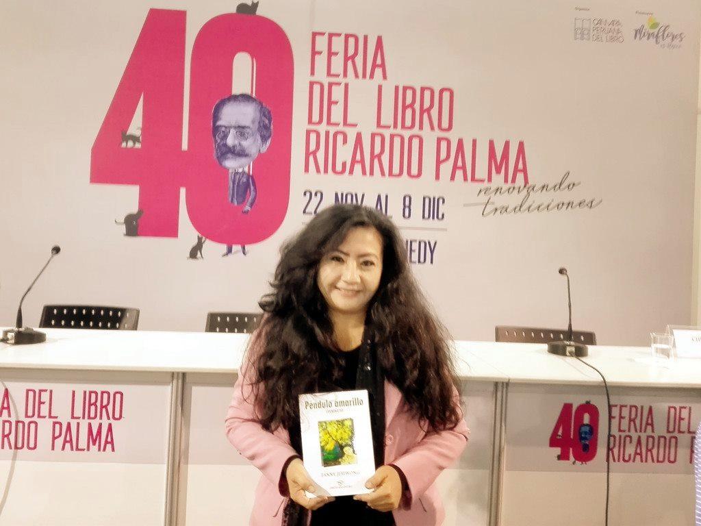 La Directora de Imagen de la Sociedad Literaria Amantes del País, la   poeta y Mg. en Psicología, FANNY JEM WONG, de la Universidad César   Vallejo (Filial Callao), en la 40 FERIA DEL LIBRO RICARDO PALMA  (MIRAFLORES) con su poemario de haikus, PÉNDULO AMARILLO.