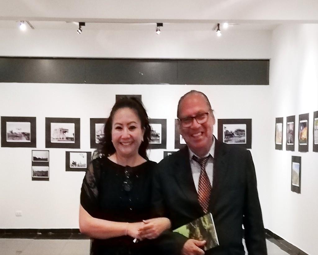 La poeta y Mg. en Psicología, FANNY JEM WONG con el  artista plástico , poeta y Director de Cultura  de la Municipalidad de Jesús María, ROMÁN ALVARADO CANO.