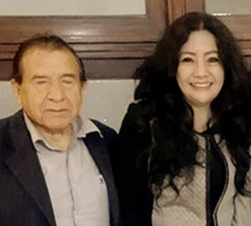 """La poeta y Mg. en Psicología, Fanny Jem Wong, de la Universidad César  Vallejo (Filial Callao), con reconocido escritor y poeta Carlos Zuñiga ,  en la Biblioteca Nacional del Perú en el  Homenaje al Dr. César Toro Montalvo.  Carlos Zúñiga Segura escribió 12-09-2019 PÉNDULO AMARILLO es el libro cuya autoría pertenece a Fanny Jem Wong. Poemas haiku reveladores que """"en el estaque / las aguas se elevan / besos y rezos"""" y más allá """"lloran sus raíces / venerando la tierra / miles de versos""""."""
