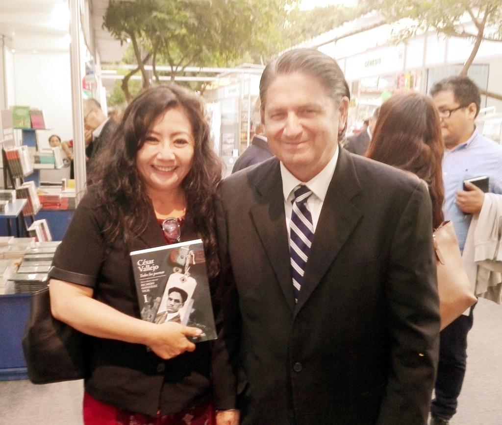 En un marco brillante con personalidades y estudiosos vinculados a la    literatura peruana y a la obra de César Vallejo, se presentó el    importante y valioso libro, TODOS LOS POEMAS / CÉSAR VALLEJO – NUEVA    EDICIÓN CRÍTICA (Dos tomos – Universidad Ricardo Palma) de RICARDO    GONZALEZ VIGIL, en la 40 Feria del Libro Ricardo Palma en Miraflores..     La presentación estuvo a cargo de los escritores e  investigadores,   Iván Rodríguez Chávez (Rector de la Universidad) y Jorge  Kishimoto.     FOTO: FANNY JEM WONG con RICARDO GONZALEZ VIGIL.