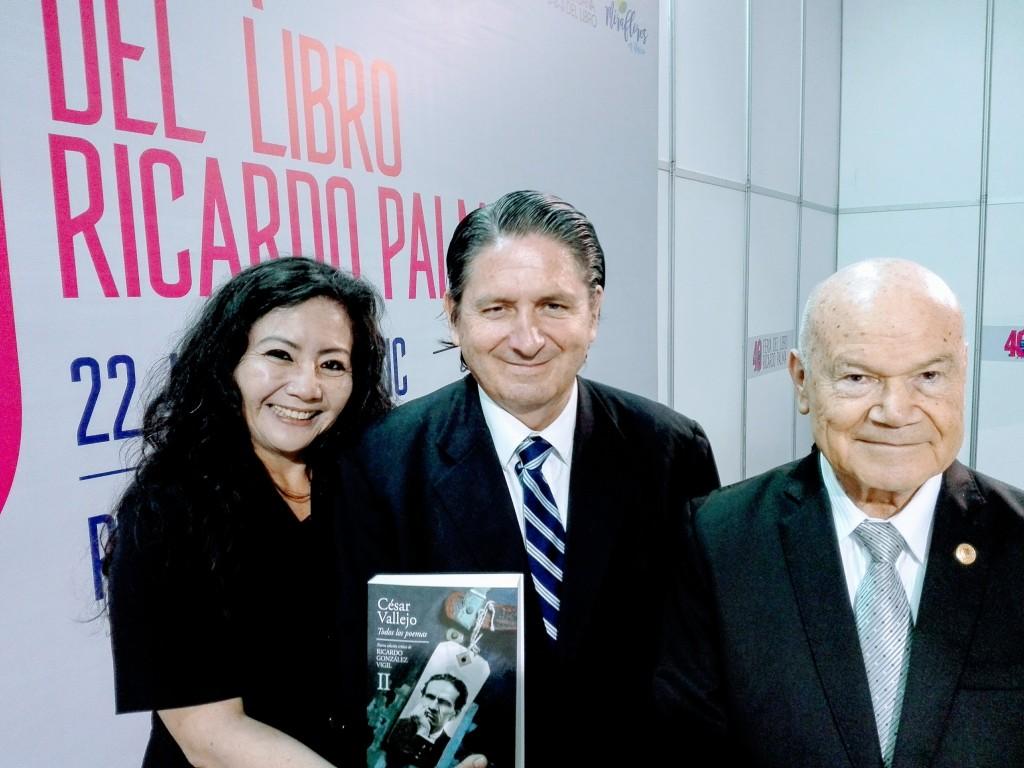 La reconocida poeta y Mg. en Psicología, FANNY JEM WONG, de la  UNIVERSIDAD CESAR VALLEJO (Filial Callao), con el reconocido crítico  literario, escritor y periodista cultural de la revista, CARETAS, Dr.  RICARDO GONZALEZ VIGIL y el escritor, hombre de leyes y Rector de la  UNIVERSIDAD RICARDO PALMA, Dr. IVAN RODRIGUEZ CHÁVEZ.